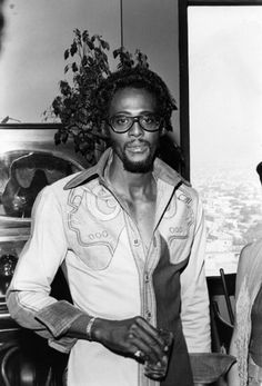 Eddie Kendricks invites David Ruffin to the stage at a solo performance to sing My Girl. David is David.the rest is history. Music Icon, Soul Music, Music Is Life, David Ruffin Temptations, Original Temptations, Soul Singers, Soul Funk, Thanks For The Memories, Northern Soul