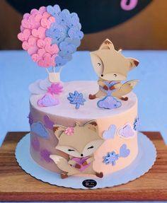 """Simplesmente Gabi - Art Design on Instagram: """"A.P.A.I.X.O.N.A.D.A!  Uma paixão chamada raposinhas! Meu coração transborda de amor quando podemos usar a imaginação e voar no mundo da…"""" Baby Birthday Cakes, Mickey Birthday, Idee Baby Shower, Deli Food, Fondant, Little Cakes, Cake Icing, Drip Cakes, How To Make Cake"""