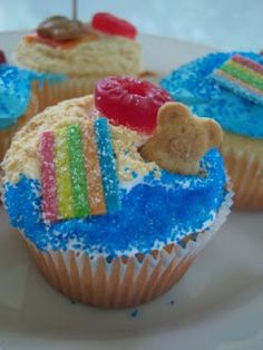 Beach Party Cupcakes -- @Sarah Chintomby Chintomby Chintomby Chintomby Tudor  look familiar?? would use elf'n grahams with chocolate chips instead of just teddy grahams probably