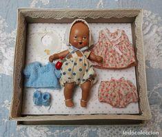 Bebé español de piedra en caja con ropa y complementos Antique Dolls, Antiques, Frame, Home Decor, The Originals, Crates, Clothing, Bebe, Vintage Dolls
