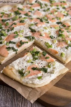 A simple recipe for tarte flambee with smoked salmon and spring onions. The dough is prepared with buttermilk and without eggs. Simple tarte flambee with smoked salmon - MakeItSweet.de Essen A simple recipe for tarte flambee Shrimp Recipes, Salmon Recipes, Snack Recipes, Dinner Recipes, Potato Recipes, Dinner Ideas, Cooking Recipes, A Food, Food And Drink