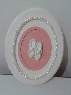Lindo quadro oval para quarto de menina e/ou maternidade. <br>Sapatilhas em resina apliques de mini pérolas e pérolas.