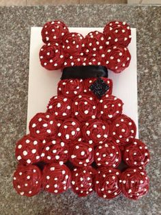Minnie Mouse dress of cupcakes Pull Apart Cupcake Cake, Pull Apart Cake, Cute Cupcakes, Cupcake Cookies, Dress Cupcakes, Dress Cake, Decorated Cupcakes, Mouse Cake, Minnie Mouse Party