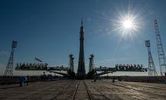 La nave espacial Soyuz TMA - 16M se ve después de haber desplegado por tren a la plataforma de lanzamiento en el Cosmódromo de Baikonur, Kazajstán.