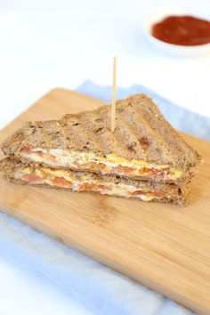 omelet ca. Easy Omelet, Omelette Ideas, Healthy Omelette, Breakfast Omelette, Eggwhite Omelet, High Tea Food, Omelette Recipe, Lunch Snacks, Lunches