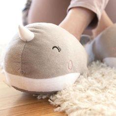 Die Narwal Hausschuhe mit USB-Heizung halten deine Füße im Winter wohlig warm, auch dank der eingebauten Fußwärmer mit USB-Anschluss.