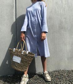 Crinckle Pop Dupina kjole i blå fra Mads Nørgaard er en super smuk midi-kjole, som er med et stribet mønster. Crinckle Pop Dupina kjolen er i et let stof med langeærmer. Kjolen lukkes med lynlås foran - fra taljen og op til halsen. Nederst har kjole knapper fra taljen og ned. Kjolen kan både bruges til hverdag eller til fest, alt efter hvordan du styler den. Style den eventuel med et par fede farverige strømpebukser. Crinkles, Straw Bag, Collection, Instagram, Style, Fashion, Moda, Fashion Styles, Fashion Illustrations