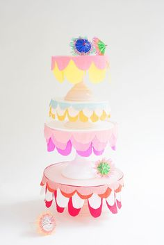 Love this simple decoration on a cakestand - Cake stand / Une assiette à gâteau originale