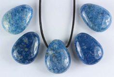 Lapis Lazuli hänge. Lapis Lazuli hänge storlek: 30 x 22 x 10 mm Stort genomgående hål som passar bra till läderband o.d.