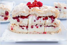 Tort bezowy z owocami oraz kremem mascarpone o imponujących trzech warstwach. Bardzo słodki z lekkim kremem oraz czerwonymi porzeczkami i malinami dla przełamania smaku.