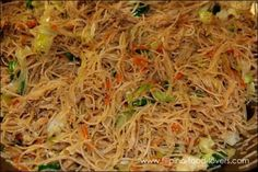 Filipino food: Pansit / Bihon Guisado made with the rice noodles. Use recipe to make vegetarian pancit :) Asian Recipes, Healthy Recipes, Ethnic Recipes, Guam Recipes, Vegetarian Recipes, Vegetarian Options, Comida Filipina, Filipino Dishes, Gourmet