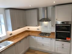 Examine this essential photo as well as check out the provided information on Kitchen Worktop Ideas Howdens Kitchens, Grey Kitchens, Home Kitchens, Wood Worktop Kitchen, Grey Kitchen Cabinets, Home Decor Kitchen, Kitchen Interior, New Kitchen, Shaker Kitchen