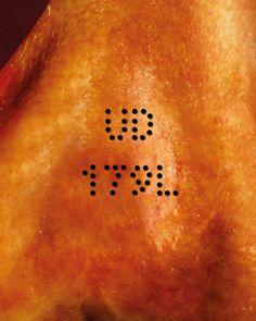Il #tatuaggio dell'allevamento riporta la sigla della provincia in cui si trova e il codice identificativo dell'allevamento, oltre ad una lettera che identifica convenzionalmente il mese di nascita del #suino.