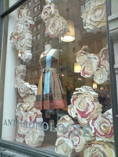 Window displays for retail stores wedding window display Visual Display, Display Design, Store Design, Bag Display, Visual Merchandising, Anthropologie Display, Wedding Window, Store Window Displays, Display Windows