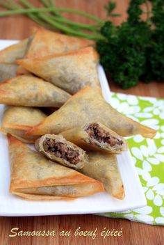 Samosas with spicy beef Samosas, Indian Food Recipes, Asian Recipes, Easy Recipes, Beef Samosa Recipe, I Love Food, Good Food, Chefs, Desert Recipes