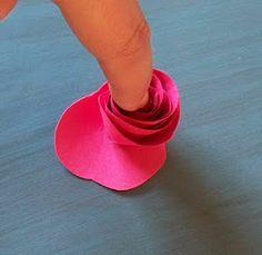 Parece increíble que con un poco de papel y pegamento (del de la pistola caliente) podamos hacer flores como estas: También puedes pega...