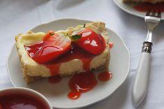 Cheesecake-Tarte mit Mandeln und Rhabarber