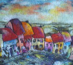 Vilt foto. Fantastisch landschap van het dorp van kleurrijke huizen. Kenmerk van dit kunstwerk is buitengewone warmte en textuur. Foto gemaakt van vilt met behulp van de natte methode vilten. Voor details l hebt toegevoegd gratis machine stitching. Het vilt gaat rechts rond de zijkanten van het frame. Klaar om op te hangen. Kleuren kunnen iets verschillen over de instellingen van de monitor.  Grootte: 39 cm × 43 cm. (15.35 in × 16.92 in)  Mijn ziel in mijn kunstwerken aan je gelukkig maken