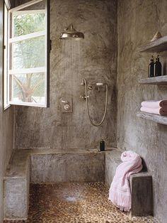Ouvert, douche pluie et petit banc ! On oublie la fenêtre et l'effet patiné sur les murs.