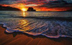 Hoy nos despedimos con este precioso atardecer en la playa porque aunque el mes de agosto esté terminando todavía queda verano por delante y hay que disfrutarlo...¡¡hasta mañana!!