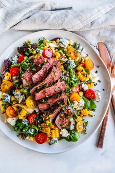 Balsamic Steak Gorgonzola Salad with Grilled Corn - A 20 minute delicious steak and salad dinner recipe with tomatoes red onion home grilled corn gorgonzola cheese crumbles gremolata and balsamic vinaigrette Perfect for the summer grilling months From Steak Gorgonzola, Gorgonzola Cheese, Salad Recipes For Dinner, Dinner Salads, Grilled Dinner Ideas, Dinner Entrees, Soup And Salad, Pasta Salad, Tomato Salad