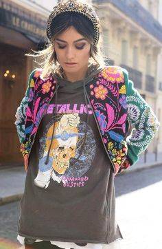 a cool colorful bomber jacket, Metallica black sweatshirt with a hoodie, colorful jacket with fuchsia pink color print, Rocker Chic, Rocker Style, Mode Outfits, Casual Outfits, Fashion Outfits, Womens Fashion, Hipster Outfits, Mode Style, Style Me