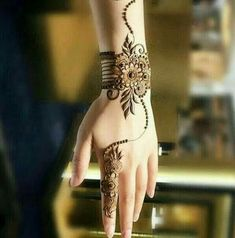 Simple Mehendi designs to kick start the ceremonial fun. If complex & elaborate henna patterns are a bit too much for you, then check out these simple Mehendi designs. Henna Hand Designs, Eid Mehndi Designs, Mehndi Designs Finger, Mehndi Designs For Girls, Modern Mehndi Designs, Bridal Henna Designs, Mehndi Design Pictures, Mehndi Patterns, Beautiful Henna Designs
