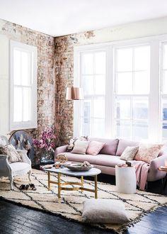Un salon à l'ambiance lounge avec son mur en briques apparentes