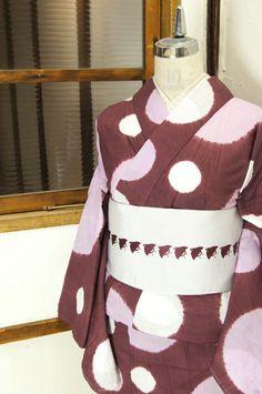 ブラウンに近いほのかに紫をおびたローズ色にラベンダー色の大きな水玉模様がふわりとやわらかな本絞りで浮かび上がるモダン浴衣です。 #kimono