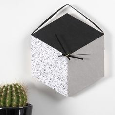 A Wall Clock made from a Tray and Faux Leather Paper Father Presents, How To Make Wall Clock, Box Patterns, Diy Hanging, Hanging Decorations, Idee Diy, Paper Stars, Diy Décoration, Diy Paper