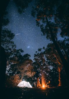 RV And Camping. Great Ideas To Think About Before Your Camping Trip. For many, camping provides a relaxing way to reconnect with the natural world. If camping is something that you want to do, then you need to have some idea Camping Photography, Adventure Photography, Photography Tips, Creative Photography, Night Time Photography, Camping Life, Camping Hacks, Camping Gear, Camping Equipment