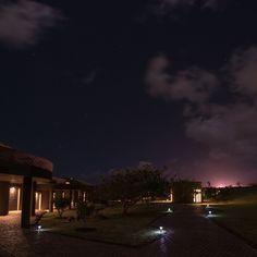 Hora de descansar no@hotelhangaroa mas antes mais uma olhadinha para este lindo céu da #IlhadePáscoa - - - - - - - - - - -  #isladepascua #Chile #moai #beautifuldestinations #hotelhangaroa  #rapanui #easterisland #magia #energia #maravilladelmundo #esencias #paisajes #belleza  #hangaroa #Manavai #southamerica #southamericahotel #hotels #beautifuldestination #blogueirorbbv  #travel #LoveTravel #TravelLove #viagem #ComerDormirViajar #wes2travel #CDVtripIlhadePascoa #Ilhadepascoa