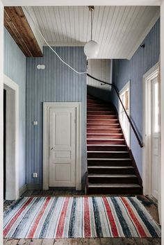 home entrance decoration Swedish Cottage, Swedish Decor, Spanish Home Decor, Sweden House, Halls, Red Houses, Tiny House, Interior And Exterior, Interior Design