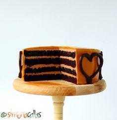 tort cu ciocolata si caramel Chocolate Caramel Cake, Caramel Frosting, Chocolate Flavors, Swiss Meringue Buttercream, Sponge Cake, Creative Food, Nutella, Sweet Recipes, Cooking Recipes