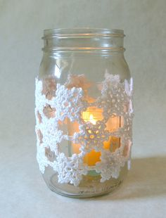 The delicate and lacy snowflake mason jar cover is a great decoration for Christmas and the winter months! Even fits perfectly around Yankee Candle jars! Snowflake Centerpieces, Mason Jar Centerpieces, Xmas Decorations, Holiday Crochet, Crochet Gifts, Mason Jar Crafts, Bottle Crafts, Crochet Jar Covers, Yankee Candle Jars