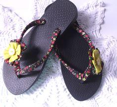 Chinelo customizado com tecido e flor de fuxico.