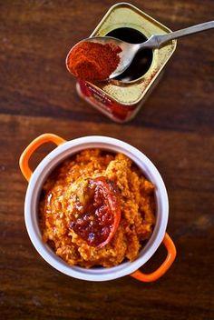 El almogrote es una receta tradicional canaria, un plato sencillo y delicioso, preparado con tomates asados batidos con queso y especias. Para prepararlo p