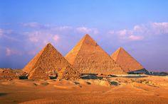 Piramidi di Cheope, Chefren e Micerino - Altopiano di Giza - IV dinastia. La piramide a facce lisce è l'evoluzione di quella a gradoni. Le quattro facce sono rivolte ai quattro punti cardinali. Il grosso della costruzione è in pietra calcarea. Erano rivestite con lastre di calcare bianco, ma sono andate perdute nel corso del tempo. Nella piramide di Cheope la Camera del Re era posta al centro della costruzione, mentre in quelle di Chefren e Micerino c'è nuovamente la cella funeraria…
