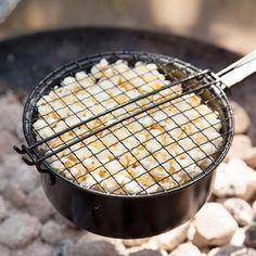 Leise knistert das Lagerfeuer und Du lässt es dabei ordentlich poppen – denn mit dieser Popcorn-Pfanne aus Eisen kannst Du in der freien Natur Popcorn zubereiten <3