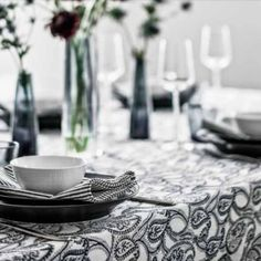 Snygg dukning med Amrita duk och randiga tygservetter fån Chamois.  Beautiful table setting with table cloth Amrita by Chamois.