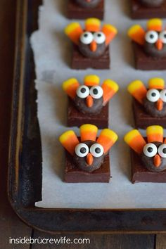 These easy no bake chocolate fudge squares topped with a cute candy turkeys make perfect Thanksgiving day treats! These easy no bake chocolate fudge squares topped with a cute candy turkeys make perfect Thanksgiving day treats! Thanksgiving Deserts For Kids, Thanksgiving Blessings, Thanksgiving Recipes, Holiday Recipes, Fall Treats, Holiday Treats, Holiday Fun, Holiday Decor, Candy Turkeys