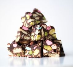 smule af chokoladen over i en skål – ca. Candy Recipes, Raw Food Recipes, Sweet Recipes, Dessert Recipes, Rocky Road Chocolate, Boiled Food, Food Picks, Christmas Sweets, Christmas Goodies
