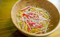 Salada de kani desfiado com batata palha Carolina Ferraz utiliza a acelga, hortaliça menos conhecida, mas muito saborosa