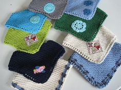 "Jeg har fået en del henvendelser omkring opskriften på de små savlesmækker. Jeg fandt opskriften ""Kerchief Bib"" på Ravelry, men har lavet n... Baby Knitting Patterns, Free Knitting, Baby Barn, Cowboy Baby, Kids Hats, Diy Baby, Crochet Baby, Needlework, Baby Kids"