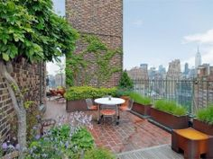 Jennifer Aniston Buys New York Penthouse In The West Village~~lovely terrace w/a view New York Penthouse, Rooftop Terrace, Terrace Garden, Green Terrace, Outdoor Rooms, Outdoor Living, Outdoor Decor, Appartement New York, Terrasse Design