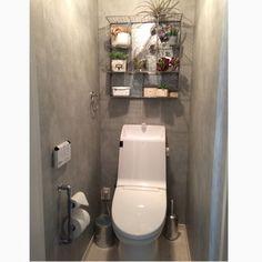 全周モルタル風の壁紙にセルフで張り替えて、トイレットペーパーホルダーを塩ビでDIYしましたヾ(*´エ`*)ノ 金網シェルフにフェイクを飾って華やかさも´ ³`°) ♬*.:*¸¸無機質な感じがとても気に入ってます(*rkmamaさんの、バス/トイレ,トイレ,DIY,フェイクグリーン,インダストリアル,いなざうるす屋さん,モルタル風,のお部屋写真