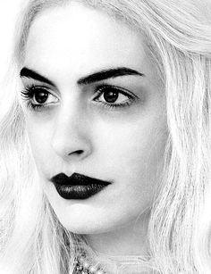 Alice in wonderland -Tim Burton - Anne Hathaway. I love this makeup look