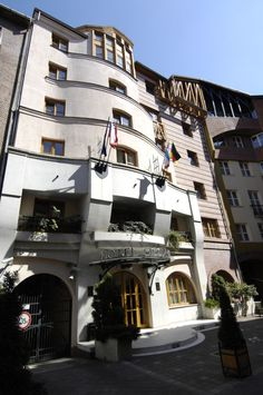 The architecture of the Sissi Hotel is outstanding. This charming property provides comfortable accommodation and quality service in a friendly atmosphere.    All rooms feature free Wi-Fi, TV with satellite TV and private bathroom.  http://www.guestus.com/EN/Europe/Hungary/Budapest/Budapest/Hotels/Hotel-Sissi/