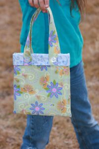 Pretty Tote Handbag Tutorial - easy project for beginning sewers! Also make great gifts for little girls.