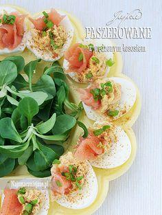 Jajka faszerowane wędzonym łososiem http://najsmaczniejsze.pl/2014/03/jajka-faszerowane-wedzonym-lososiem/